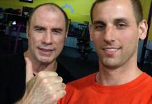 John Travolta, che fine hanno i capelli? L'attore senza parrucca sul social: foto