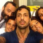 Fabrizio Corona, arriva il primo selfie con i fedelissimi dopo il carcere: volto provato e occhi stanchi